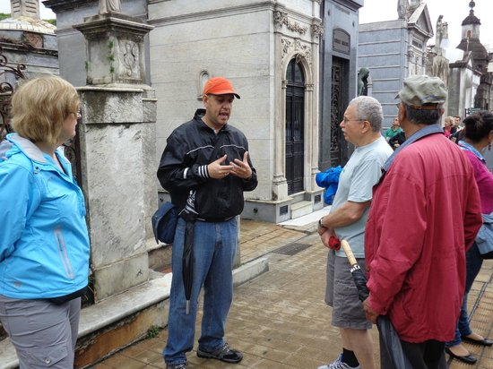 Cultura Cercana Tours: At Recoleta cemetery with Fabien