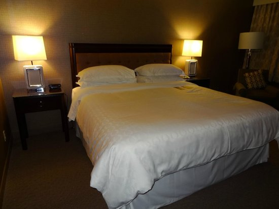Sheraton Reston Hotel: Comfortable bed in our room.