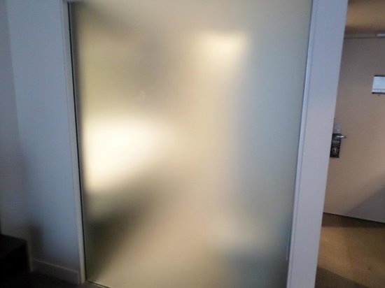 Rydges Wellington: Frosted Glass between bathroom / bedroom