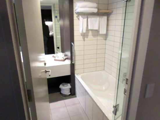 Rydges Wellington: Bathroom