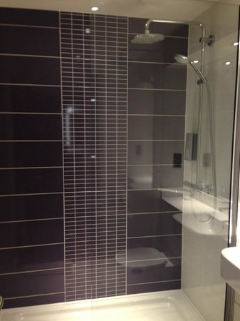 Premier Inn Bedford South (A421) Hotel: The shower cubicle.  Nicely done and good water power.