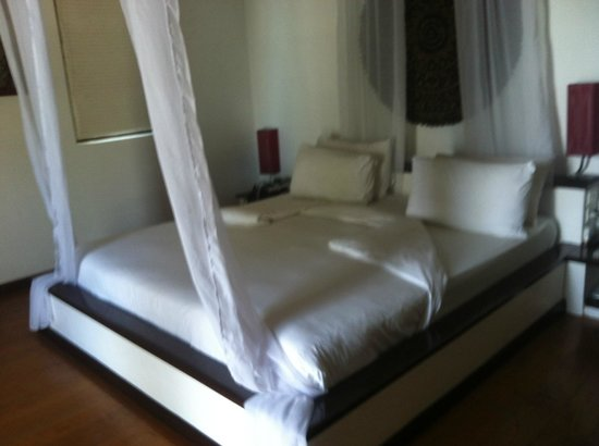 Saboey Resort and Villas: Hard bed but good linens
