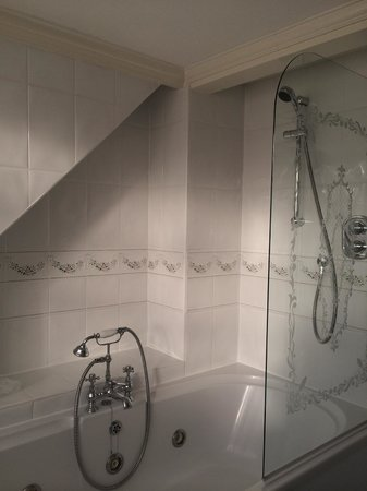Mere Court Hotel And Conference Centre: Shower/bath