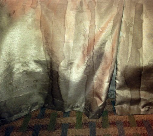 "La Quinta Inn & Suites San Antonio The Dominion : Filthy bed skirt... (They are NOT meant to be ""striped"", rather,