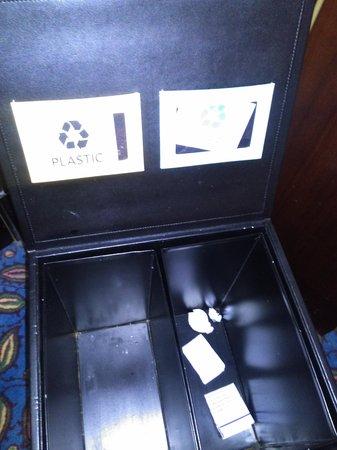 Le Meridien Abu Dhabi: papelera para reciclar