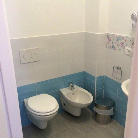 BuonHotel: Bagno della stanza singola
