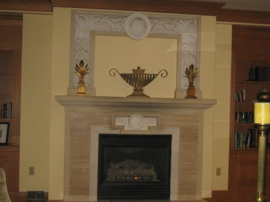 Embassy Suites by Hilton Portland - Downtown: Fireplace in lobby