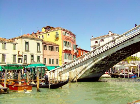 B4 Bellini Venezia : l'hotel et le pont  degli scalzi