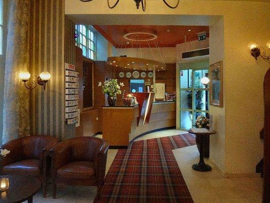 Avenue Hotel: The Lobby