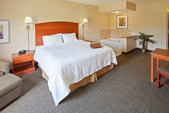 Hampton Inn & Suites Wilmington : Jacuzzi rooms are available so may kick back and relax after a long day.