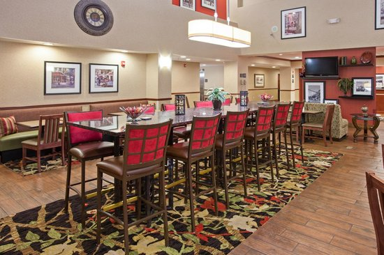 Hampton Inn & Suites Wilmington: Join us for breakfast or unwind with friends in the evening in our lobby area.