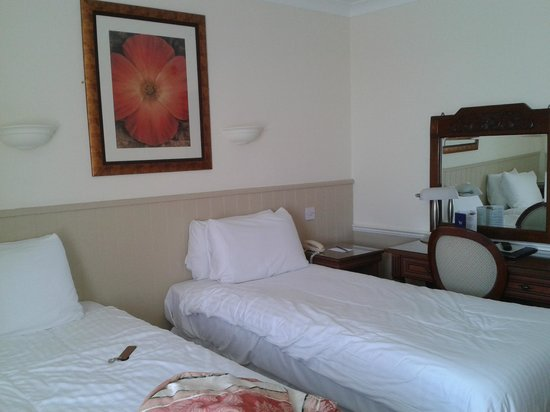 BEST WESTERN Webbington Hotel and Spa: lack of space in room when separating the beds for twin
