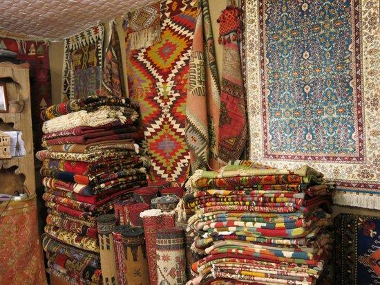 Kervan Carpet & Kilim: 整列された店内
