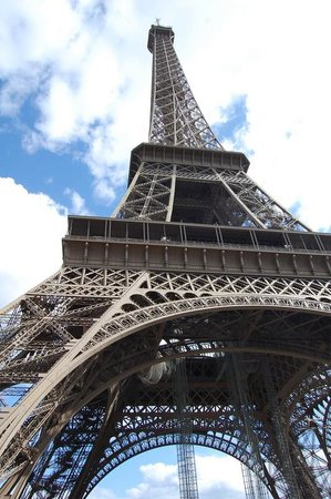 Tour Eiffel : View from under the beast