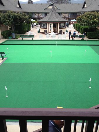 Pea Soup Andersen's Inn: Free mini golf & bocca court. Breakfast is served in the gazebo. Pool is behind