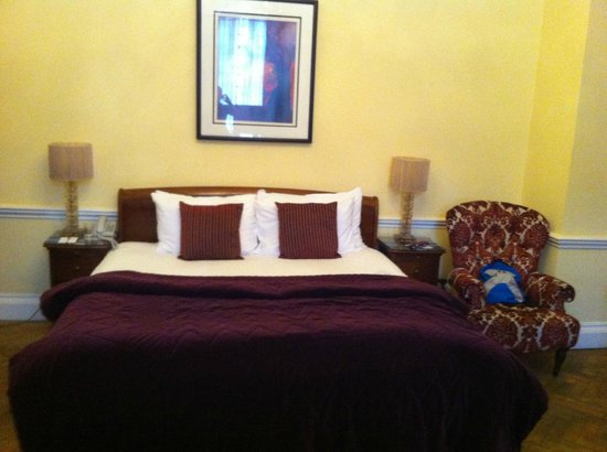 St Giles House Hotel: Comfortable bed