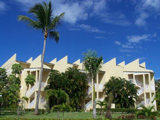 Grand Bahia Principe El Portillo : Les bâtiments sont entourés de beaux jardins bien entretenus