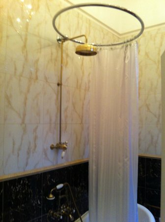 St Giles House Hotel: Old style shower