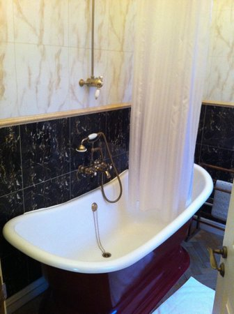 St Giles House Hotel: Old style free standing bath with shower
