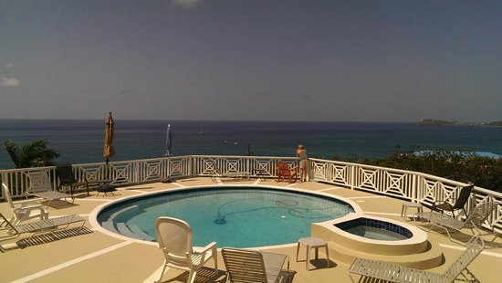 Villa Marbella Suites: Pool and deck