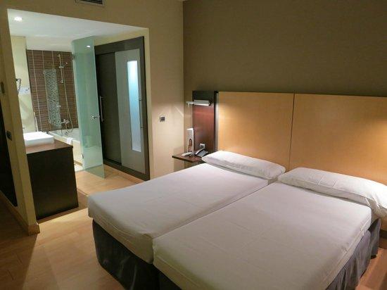 ILUNION Suites Madrid: Vista sullo studio con il bagno separato