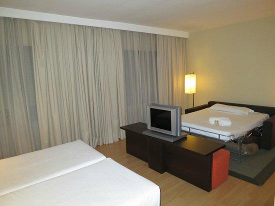 ILUNION Suites Madrid: Vista sullo studio e il divano-letto matrimoniale