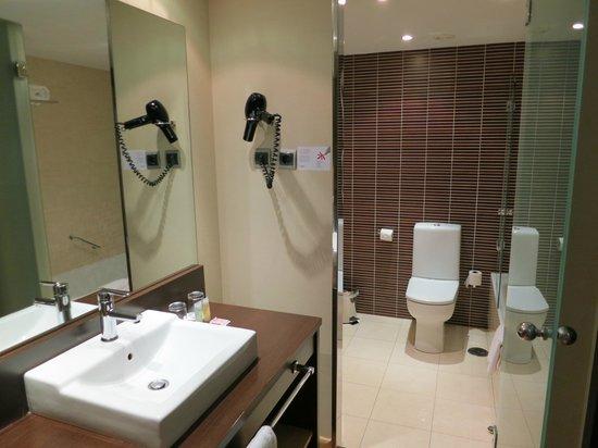 ILUNION Suites Madrid: Lo scomodissimo bagno-toilette separati