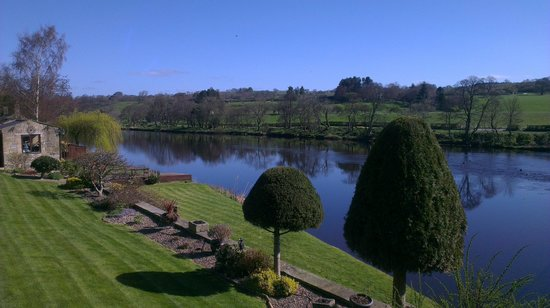 Battlesteads Hotel: The village of Wark with the River North Tyne