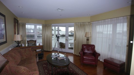 Grand Harbor Inn: Living room of the suite--balcony beyond doors