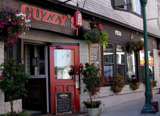 Cuzzy's Restaurant: Front Entrance
