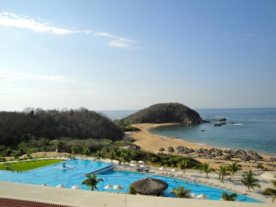 Secrets Huatulco Resort & Spa: The view from our room #4325.