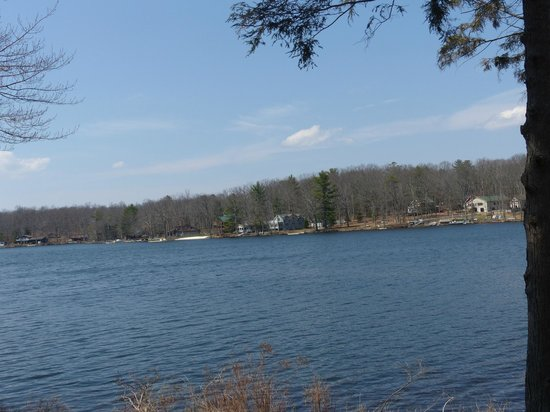 Woodloch Pines Resort: Across the lake, beautiful day.
