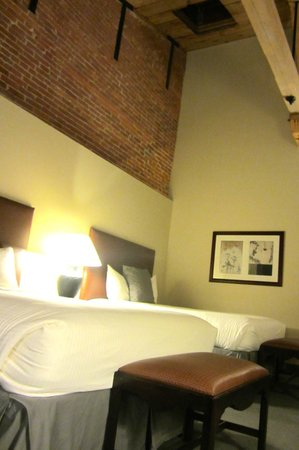 Cork Factory Hotel: Our room- love the high ceilings