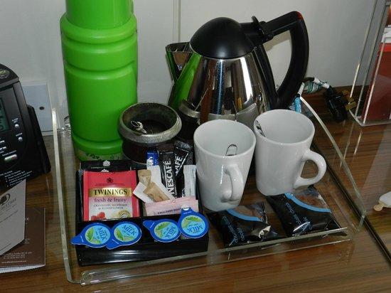 DoubleTree by Hilton Hotel London - West End : equipamiento para el desayuno.