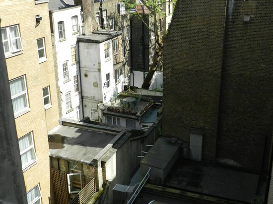 DoubleTree by Hilton Hotel London - West End : vista a la parte trasera del hotel desde la habitación