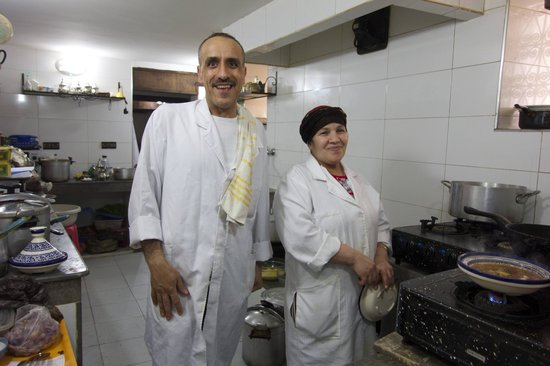 Le Patio Bleu: Owner Touzani & cook in his kitchen