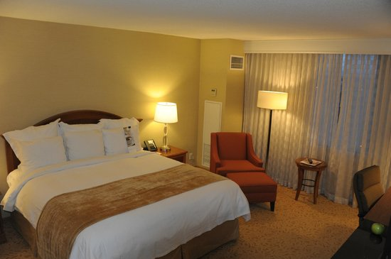 Toronto Airport Marriott Hotel: Well lit room and comfortable bed and chair