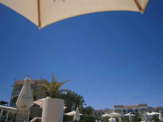 Sensimar Premier Le Reve: Blue skies under a parasol