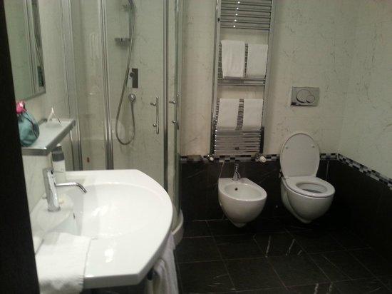 Together Florence Inn: Spacious bathroom