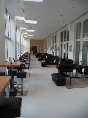 Ellington Hotel Berlin: Between reception and breakfast room ( Bar area )