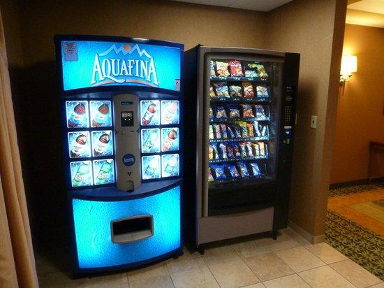 Hampton Inn & Suites Pittsburgh - Downtown : Maquinas de bebidas y snacks en el pasillo de las habitaciones
