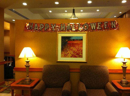 Hampton Inn & Suites Pittsburgh - Downtown: El lobby del hotel en halloween