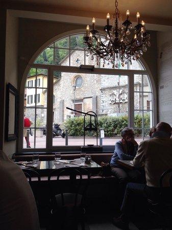 Pizzeria Victoria Grill: Vista della chiesa di Varenna dal ristorante