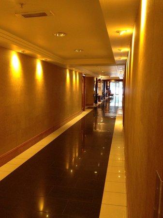 Edinburgh Marriott Hotel: Ground floor corridor