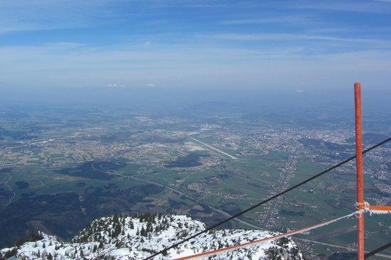 Untersberg : uitzicht vanaf de top, Salzburg Airport in het midden