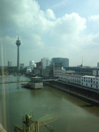 Courtyard by Marriott Düsseldorf Hafen: Vista do apartamento 818