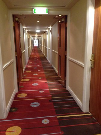 Edinburgh Marriott Hotel: Second floor hallway leading to bedrooms.