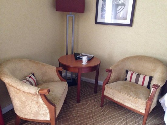 Edinburgh Marriott Hotel: Nice little sitting area in a deluxe room.