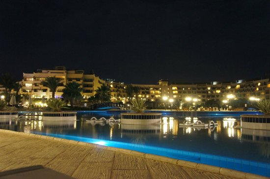 Steigenberger Al Dau Beach Hotel: Pool landscape at night