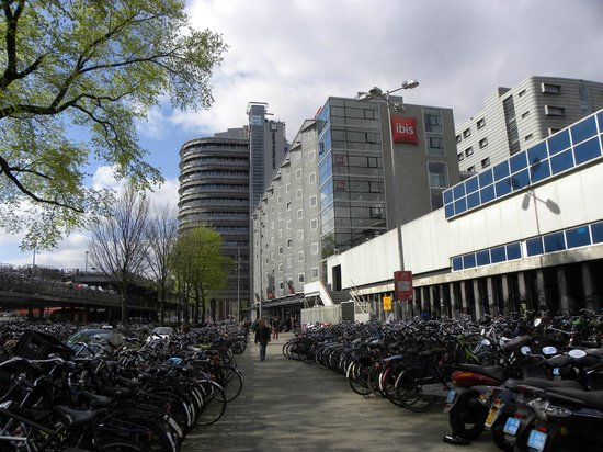 Ibis Amsterdam Centre : Facciata con parcheggi biciclette